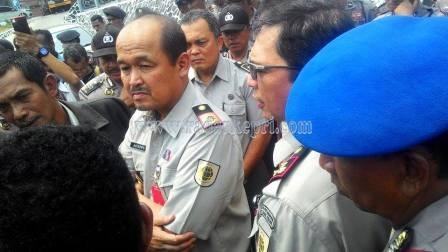 Ariwibowo, Kakanwil BPN Provinsi Kepri sedang mendengarkan aspirasi warga penggarap lahan di Km 15 Tanjungpinang, Senin (07/09).