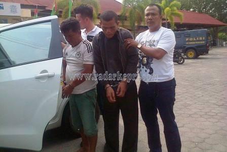 Dua dari 7 tersangka rampok ketika ditangkap tim buser Polres Tanjungpinang, Jumat (11/09).