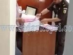 JPU Aji Satrio P SH menyerahkan berkas dua dugaan korupsi dari Tanjungbalai Karimun ke wakil panitera PN Tanjungpinang, Laksmi Varia Darsini SH MH, Rabu (09/09).