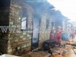 Petugas pemadam kebakaran memadamkan api yang menghanguskan rumah Syafrizal, Rabu (21/10).