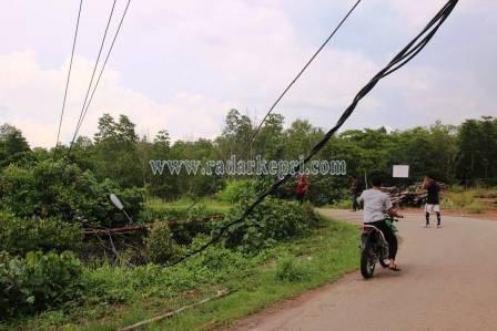 Tujuh Tiang Listrik Tumbang di Kampung Bugis, Sabtu(28/11) sore.