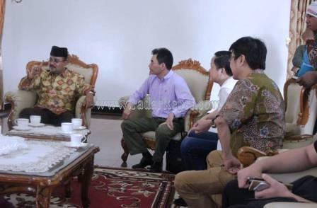 Plt Bupati Karimun, Aunur Rafiq saat menerima pengusaha Tiongkok yang tertarik berinvestasi di Karimun.