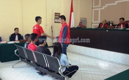 Yanto dan Jono akhirnya berdamai dan bersalaman di ruang sidang PN Tanjungpinang.