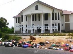 Inilah gedung perpustakaan yang menjadi tempat buang sampah warga.