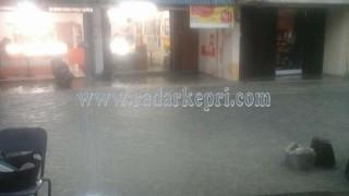 Air yang masuj ke sebuah toko hp di jalan Tambak.