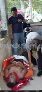 Jenazah Umardani saat di evakuasi polisi.