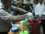 Kapolres Tanjungbalai Karimun saat memusnahkan narkoba dengan membkender dan selanjutnya dibuang ke septi tank.
