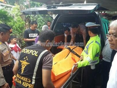 Salah satu jenazah korban pompong tenggelam saat dibawa menuju mobil jenazah.