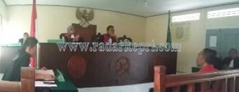 Mantan RT Sei Ladi, Japarudin saat mendengarkan runtutan, Senin (22/08) di PN Tanjungpinang.