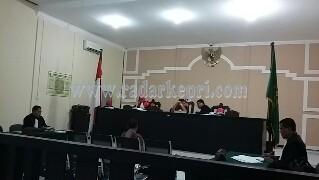 Rustam Sinaga saat disidangkan di pengadilan Tipikor pada PN Tanjungpinang.