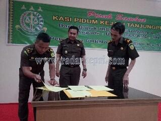 Supardi SH, Kasi Pidum Kejari Tanjungpinang sedang menandatangani berkas sertijab.